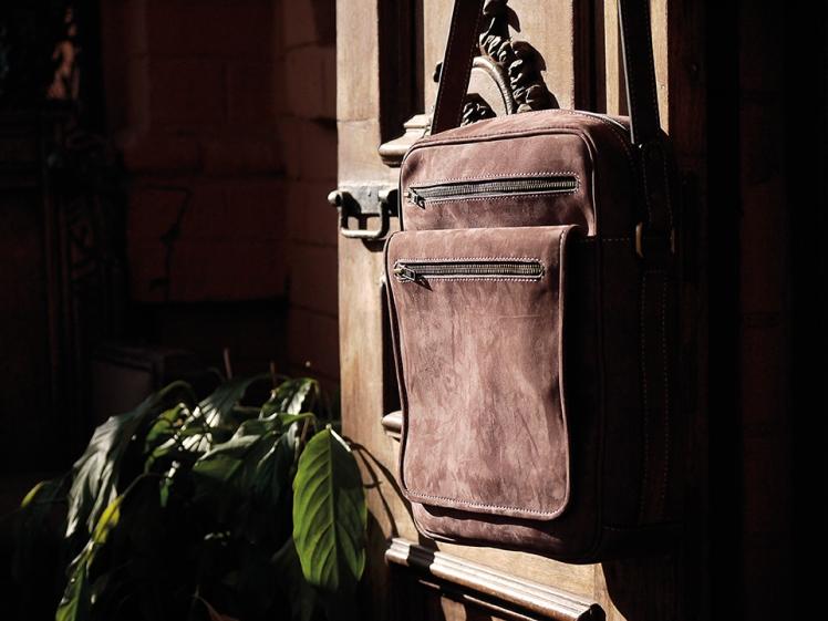Sacoche pour Homme en nubuck de zébu, Maroquinerie IZAHO Madagascar 10