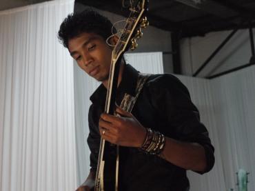Sangle de guitare %22The Dizzy Brains%22 - Izaho, maroquinerie de Madagascar 2