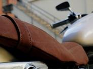 Selle de moto en cuir - Atelier de maroquinerie IZAHO, Madagascar 10